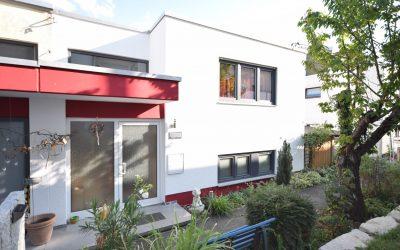 — VERKAUFT — Nähe Markwasen/Freibad! Ihr neues Wohlfühlhaus? DHH mit schönem Garten – ruhige Lage.