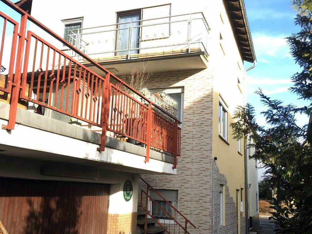 – RESERVED – DHH mit 1-Zi.-ELW sucht Nachfolger… – Gut renoviert – 40 m² Terrasse und grosse GARAGE