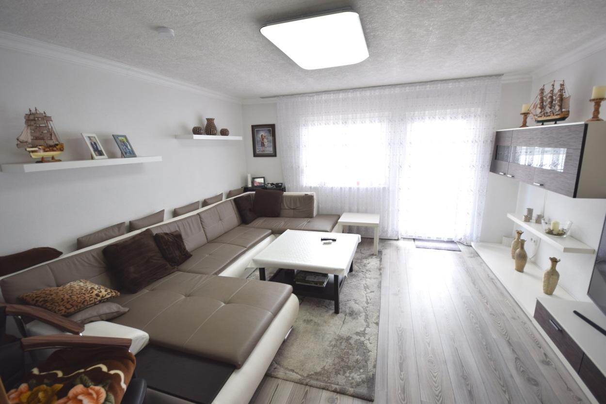 — VERKAUFT — Eningen u. A.: 2010/2011 renovierte 3-Zi.-Wohnung (1.OG) am Ortsrand