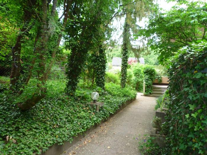— VERMIETET — TÜ/West – gleich in der Natur – 1-Zi.-Whg. mit Terrasse u. kleinem Garten. Schwimmbad im Haus!