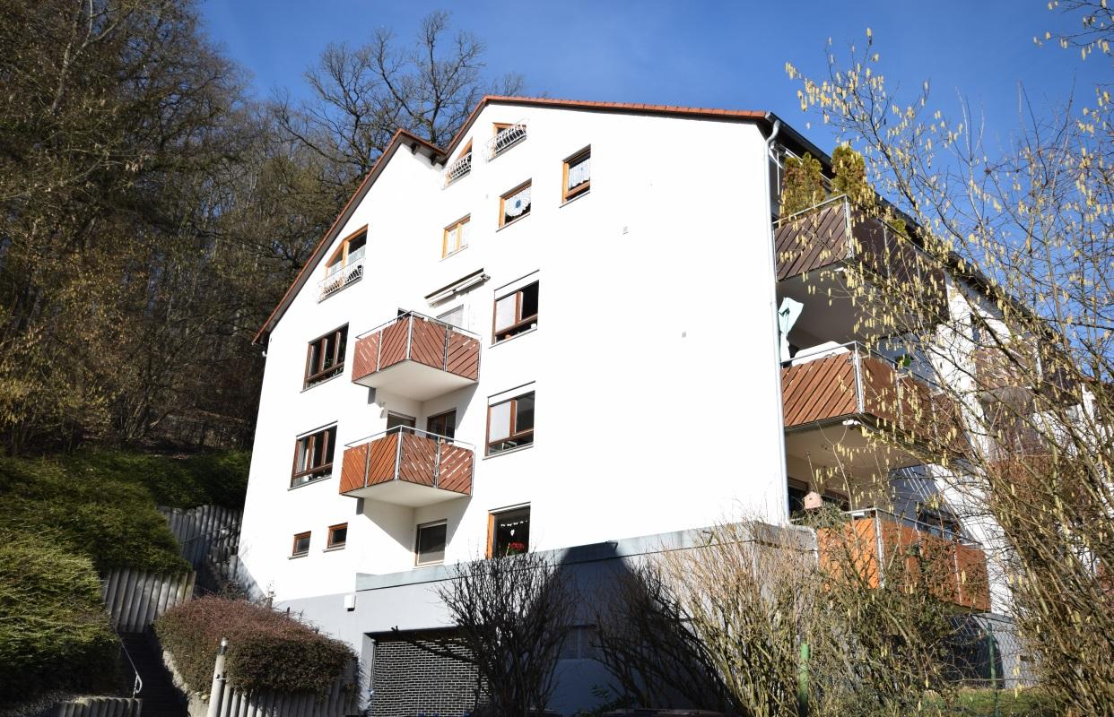 — VERKAUFT — Neckartenzlingen – tolle Galeriewohnung am Waldrand mit Blick auf Schwäb. Alb! 2 TG-Plätze, Sauna, 2 Hobbyräume