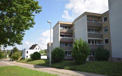 — VERKAUFT — RT/Kreuzeiche – 2 Min. zum Freibad! Schön renovierte 3-Zi.-EG-Wohnung – keinerlei Stufen, Balkon, TG u. Stpl.!