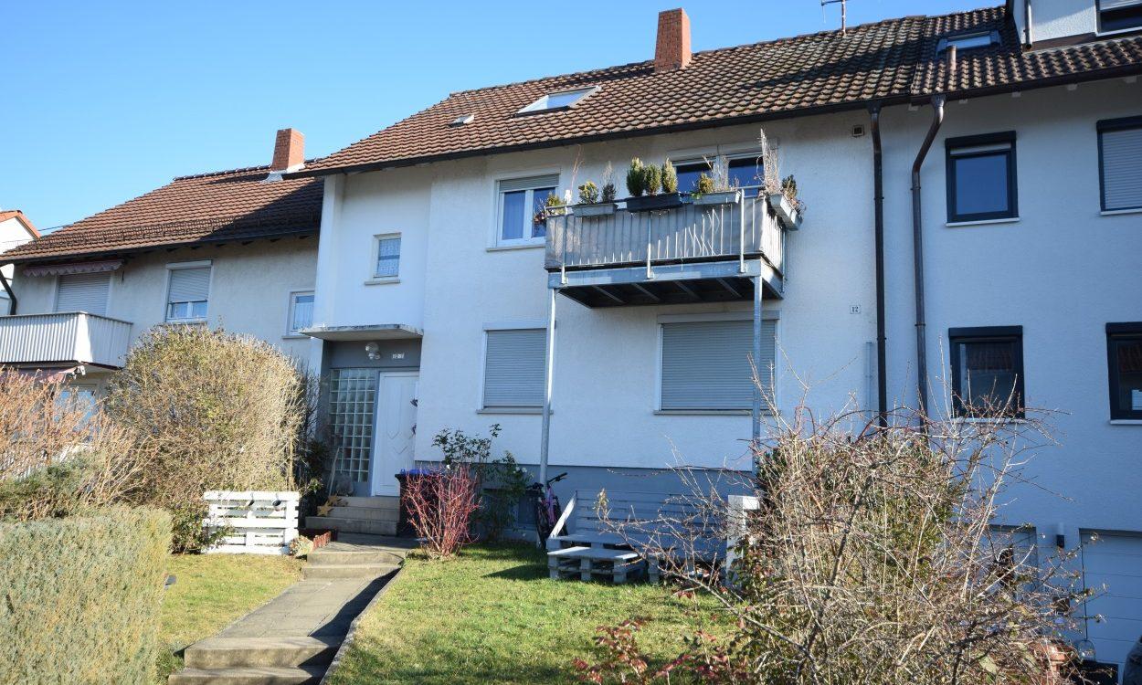 Pfullingen: Ideal für Immobilieneinsteiger! Günstige 2-Zimmer-Dachwhg. in ruhiger Halbhöhenlage – im 3-Familienhaus!